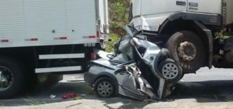 Duas pessoas morrem em acidente entre carro e dois caminhões na BR-232