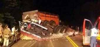 Dois morrem após colisão entre caminhões na BR-282 em Xaxim
