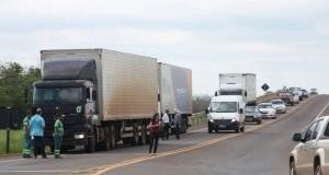 Caminhoneiros continuam protesto com bloqueios de rodovias nesta 4ª-feira