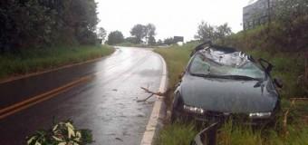 Motorista some após capotar com carro em rodovia de Pilar do Sul