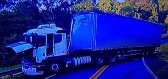 Carreta de Irani espalha 31 toneladas de compensado em rodovia do PR