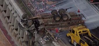 Caminhão e carro capotam em acidente grave na Fernão Dias, em SP