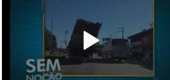Caminhão com excesso de carga parece prestes a tombar na Augusto Montenegro