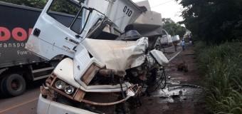 Acidente entre caminhões na BR-153 deixa pista parcialmente interditada