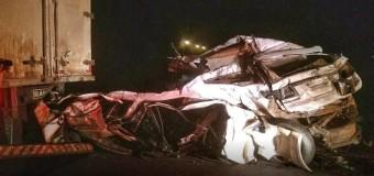 Homem e mulher sobrevivem após carro ser prensado entre dois caminhões e ficar destruído