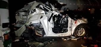 Família tem carro esmagado por dois caminhões na BR 277