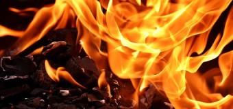Caminhão-cegonha pega fogo na BR-381 em Carmópolis de Minas; 11 veículos ficaram destruídos