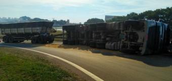 Caminhão Rodotrem tomba ao tentar fazer retorno na Washington Luiz