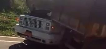 Motoristas ficam gravemente feridos em acidente envolvendo caminhões e caminhonete