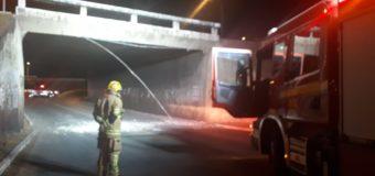 Caminhão entala em viaduto da Asa Norte e deixa rastro de destruição