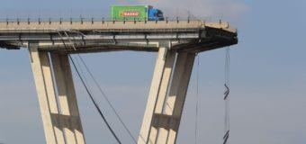 Vi o carro da frente cair, diz motorista de caminhão deixado à beira de ponte desabada na Itália