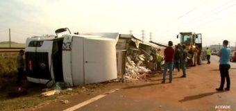 Motorista sem CNH tomba caminhão com produtos congelados em rodovia