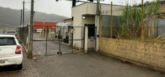 Transportadora é assaltada em Blumenau e funcionários são deixados trancados em baú de caminhão