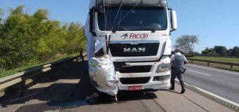 Paraquedista morre ao se chocar com caminhão