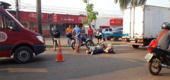 Motociclista não consegue frear e colide na traseira de caminhão