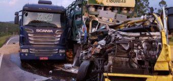 Colisão entre dois caminhões causa bloqueio na BR-386, em Paverama