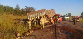 Acidente grave entre dois caminhões deixa duas pessoas feridas na BR-080
