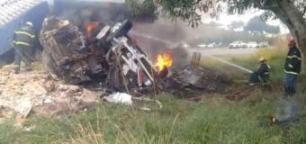 Caminhão bate em balança do Dnit e pega fogo em Ribeirão das Neves