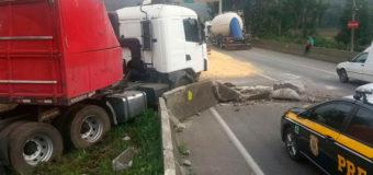 BR-376 tem faixas bloqueadas após acidente; caminhão carregava produtos sem nota