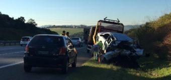 Carros e caminhão se envolvem em engavetamento na Rodovia dos Bandeirantes