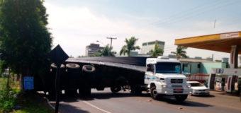 Ao fugir da PRF, motorista abandona carreta que tomba na avenida