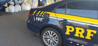 PRF e Polícia Civil recuperam carro roubado e apreendem 306 quilos de maconha em Céu Azul (PR)